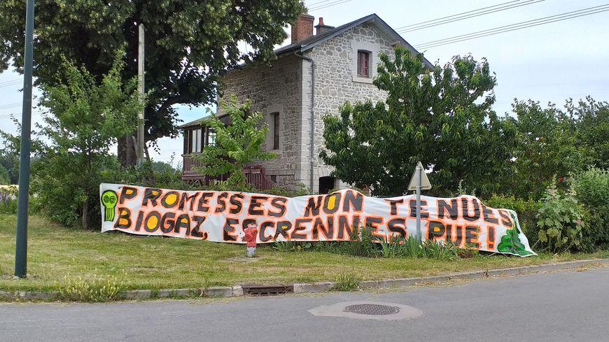 Près de l'usine de méthanisation, une banderole s'affiche devant la maison la plus proche du site.