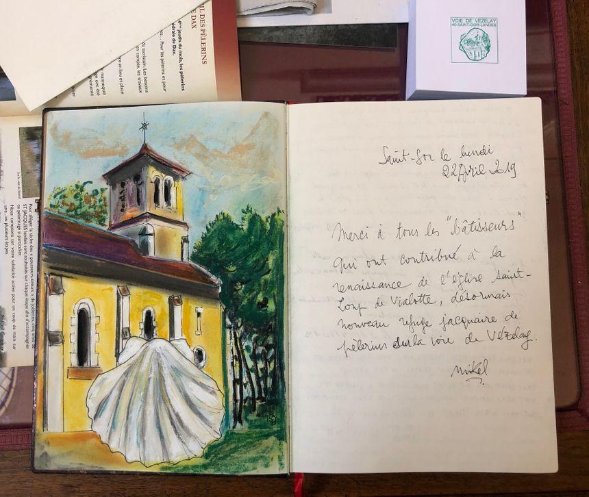 Mikel, le président de la Société landaise des amis de Saint-Jacques, a illustré à sa façon le livre d'or du refuge.