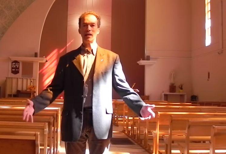 Le père Eric Lorinet dans son église à Montélimar.