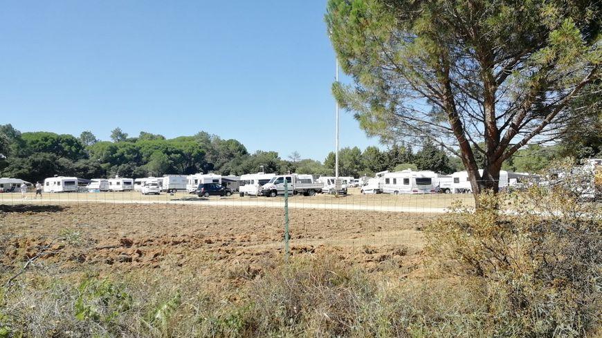 200 caravanes installées sur la rive droite du Pont-du-Gard