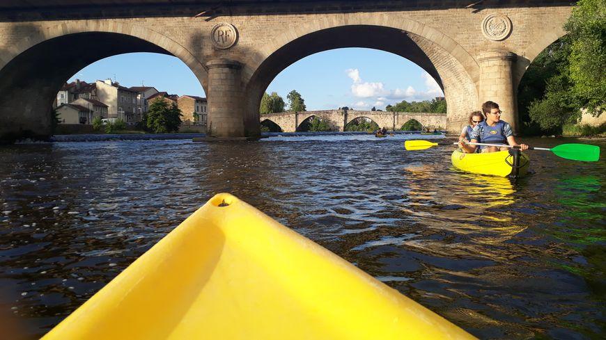 L'office de tourisme de Limoges propose des visites de la ville au fil de l'eau sur la Vienne