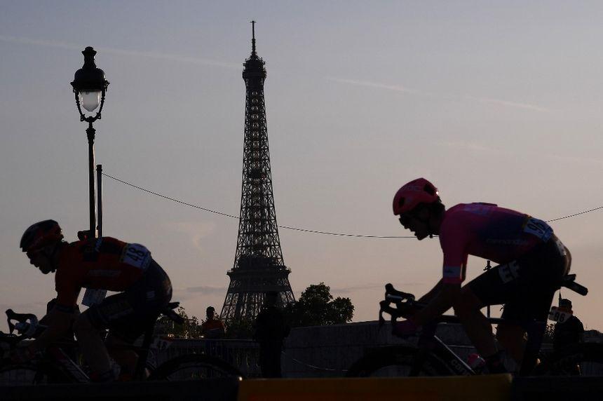 Le peloton devant la Tour Eiffel