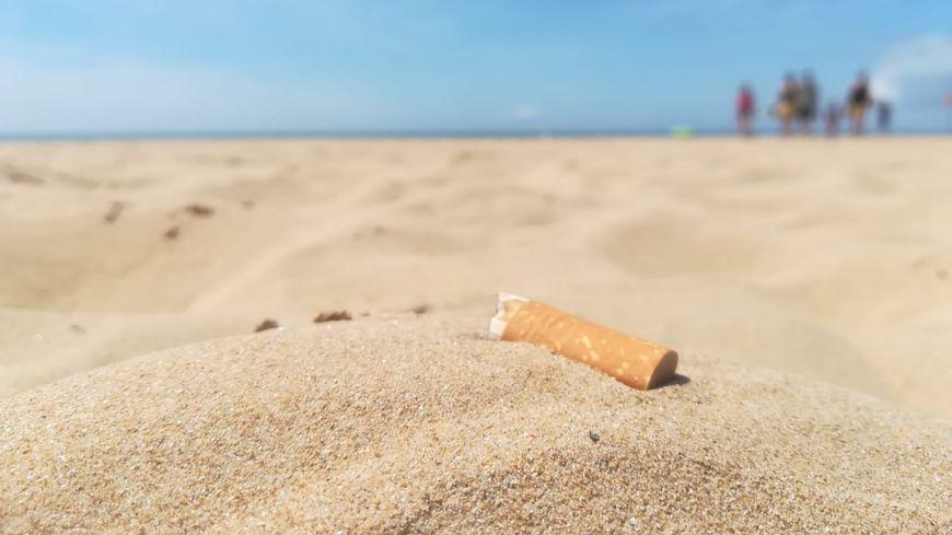Même si certains fumeurs ont des cendriers de poche, on retrouve encore beaucoup de mégots sur la plage de Saint-Jean-de-Monts.
