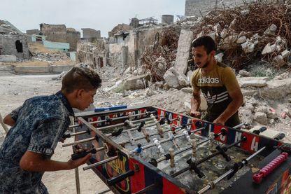 A Mossoul, la vie se poursuit au milieu des ruines.