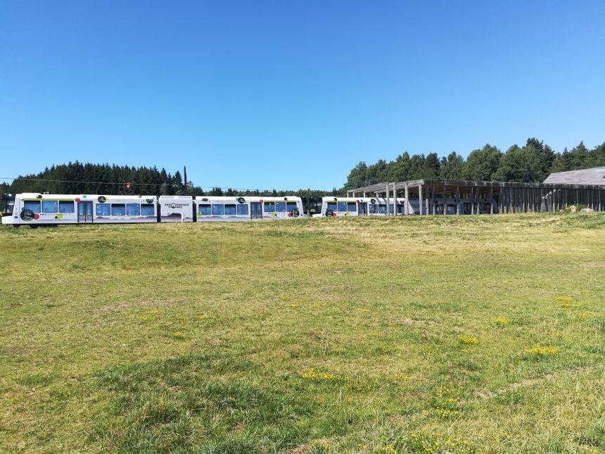 Le train du Panoramique des Dômes emmène les curieux au coeur de la Chaîne des Puys.
