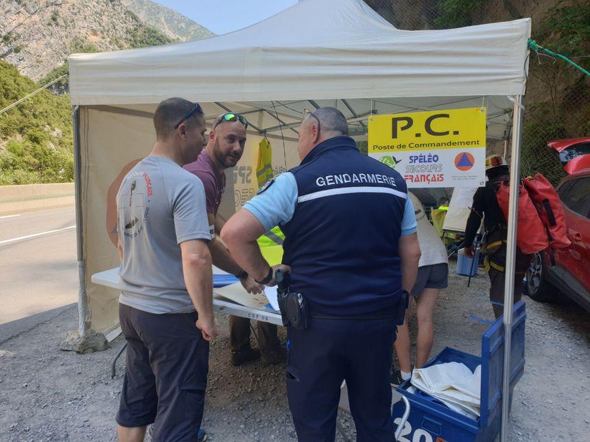 Les bénévoles de la Fédération française de spéléologie et les gendarmes de Puget-Théniers collaborent pour cette opération à Malaussène. - Aucun(e)