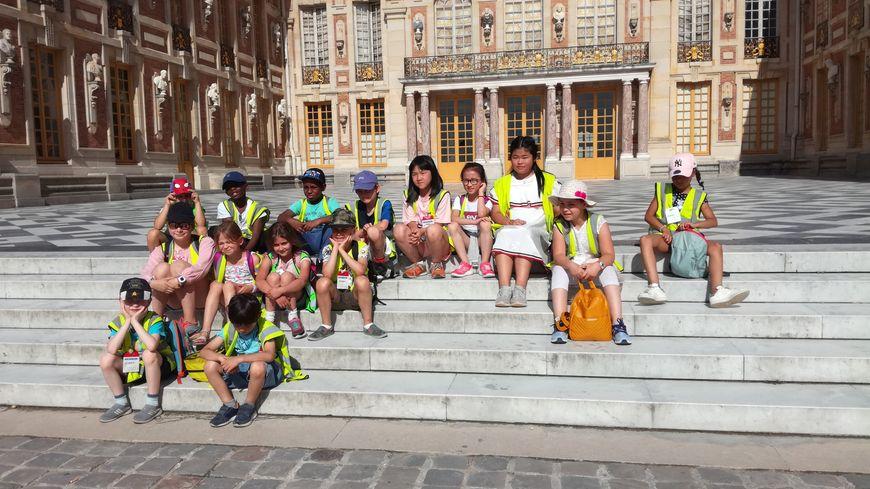 En tout, 2 500 enfants d'Ile-de-France ont visité ce lundi le château de Versailles lors d'une visite contée par des comédiens. Là, il s'agit du groupe du centre de loisirs de Romainville dans le 19e.