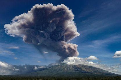 Le Mont Agung en Indonésie en éruption