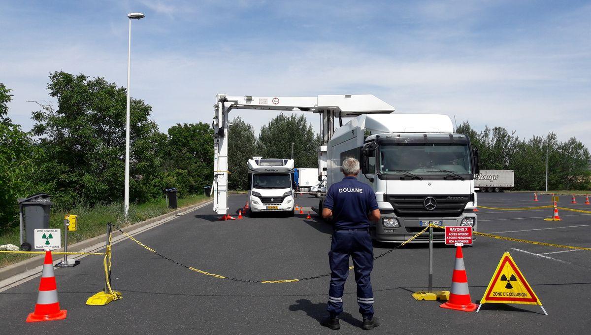 Puy-de-Dôme : les camions passés au scanner par les douaniers sur l'A75