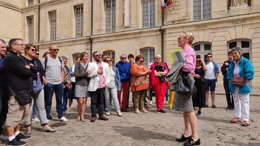 Les participants déambulent dans Dijon en compagnie de la comédienne Jocelyne Isaac, une guide un peu atypique