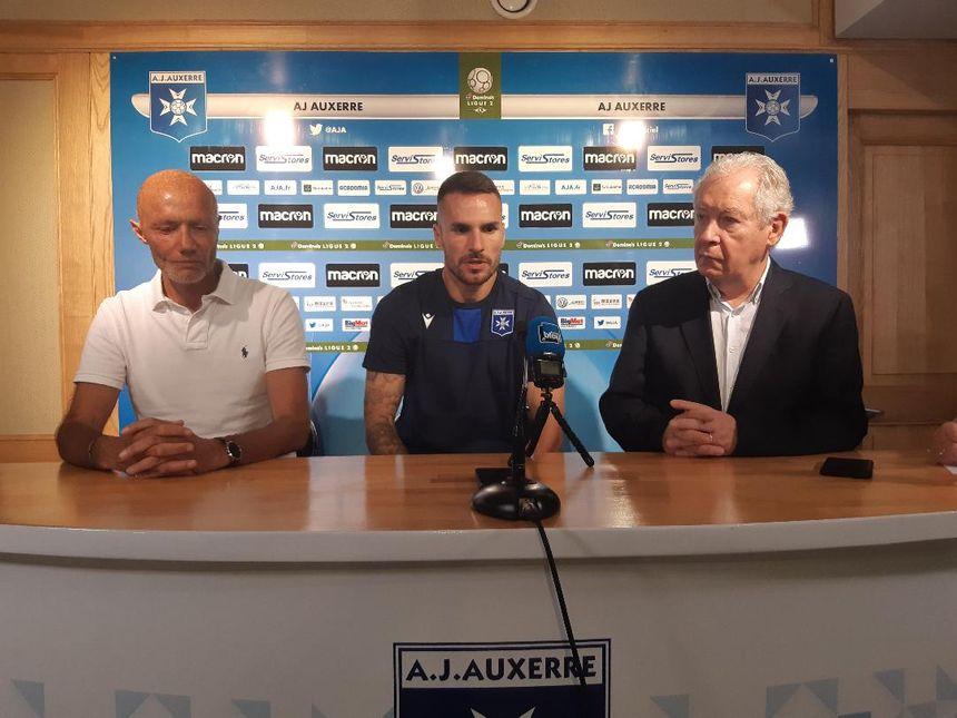 Déjan Sorgic, lors de sa présentation à la presse, entouré du président de l'AJA Francis Graille (à droite) et du directeur sportif auxerrois Cédric Daury (à gauche)