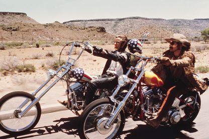 """Les acteurs américains Dennis Hopper et Peter Fonda traversent le désert à moto dans une scène du film """"Easy Rider"""", réalisé par Dennis Hopper, 1969."""