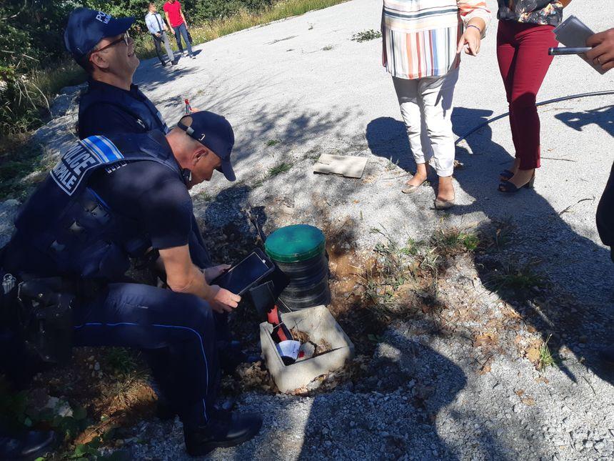 L'un des scellés est photographié après avoir été posé par la police municipale