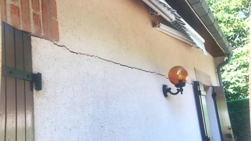 L'une des conséquences des épisodes de sécheresse, des fissures apparaissent sur des maisons