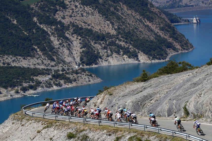 Les coureurs entre Embrun et Valloire
