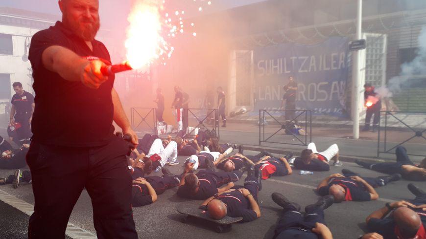 Action des pompiers du 64 devant la sous-préfecture de Bayonne où une délégation a été reçue