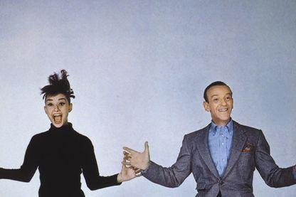 """Audrey Hepburn et Fred Astaire en 1957 dans la comédie musicale de Stanley Donen """"Drôle de frimousse"""" (""""Funny face"""")."""