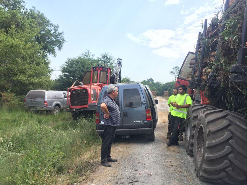 Bernard Barbeau (bénévole de la DFCI) prévient des bûcherons de l'interdiction de travailler dans la forêt entre 14h et 22h.