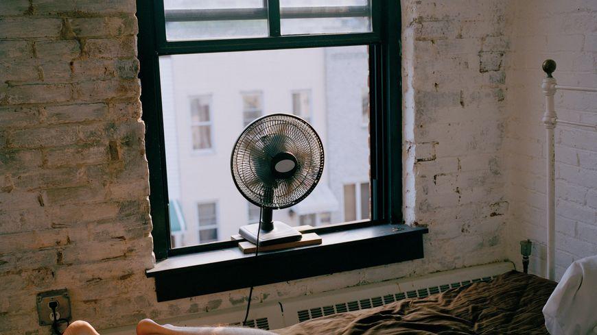 Pour plus de fraîcheur, tourner le ventilateur vers l'extérieur pour chasser l'air chaud par la fenêtre.