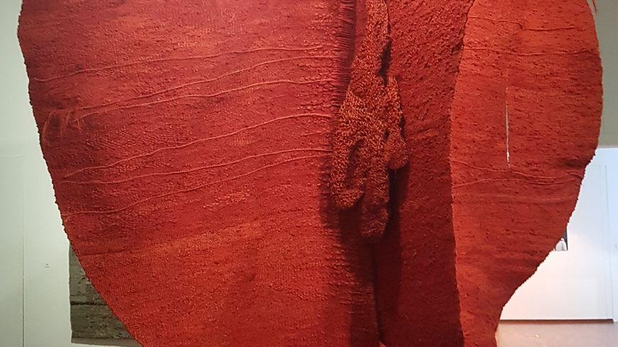 Magdalena Abakanowicz, Abakan rouge, 1969, 4 x 4 x 4 m. Collection Tate, Londres. © Foundation Magdalena Marta Abakanowicz Kosmowska and Jan Kosmowski.