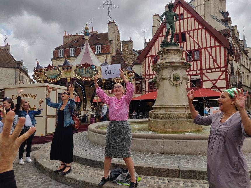 La visite se termine par un ban bourguignon collectif sur la place François-Rude