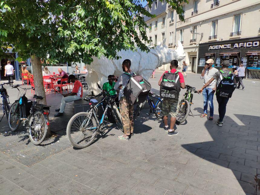 Ici, les coursiers ont quitté la rue Charles Gille pour venir patienter devant la gare de Tours