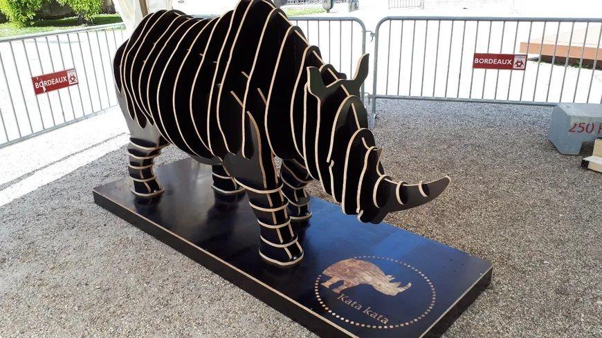 Maquette représentant le rhinocéros Kata Kata, à taille réduite. Oeuvre d'art par SECM