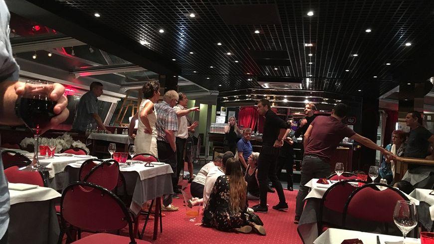 Sous les coups de roulis, équilibre très instable lundi soir à bord du Libellule, le bateau-restaurant du lac d'Annecy