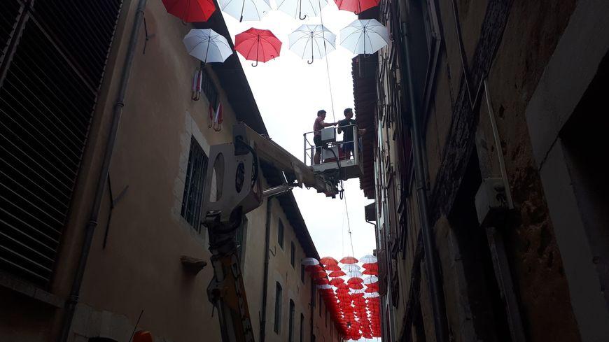 Les 230 parapluies sont suspendus à 8 mètres de hauteur par rangée de quatre.