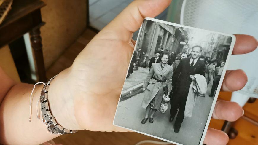 La photo de mariage des grands-parents de Tina. Elle pense avoir reconnu la rue à Montauban où cette photo a été prise
