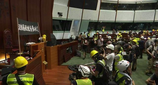 Manifestants à l'intérieur de l'hémicycle à Hong Kong