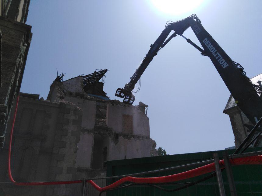Les engins de démolissages sont en pleine action