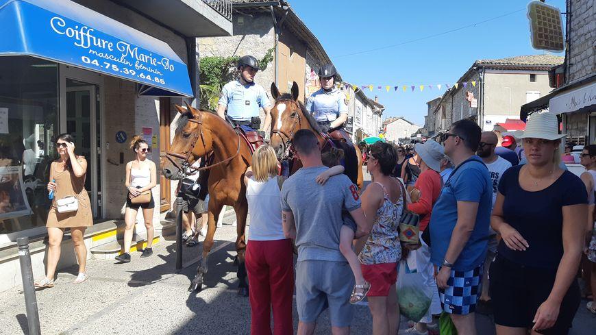 Les gendarmes à cheval dans le marché de Ruoms
