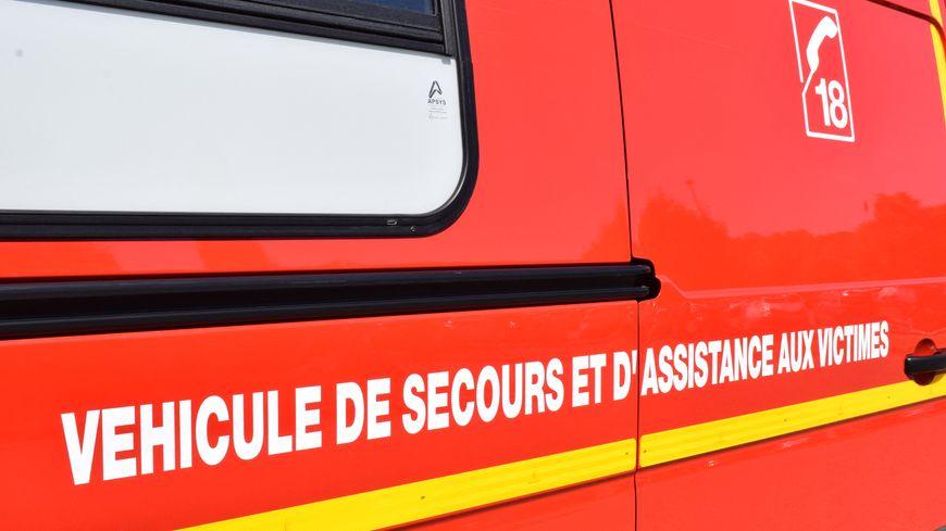Les sapeurs-pompiers sont intervenus pour éteindre le véhicule en feu.
