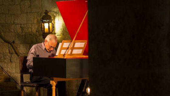 Mario Raskin (clavecin) joue Scarlatti dans le cadre de l'enregistrement de l'intégrale des sonates pour France Musique au château d'Ampelle (Gers) le 19 juillet 2018.