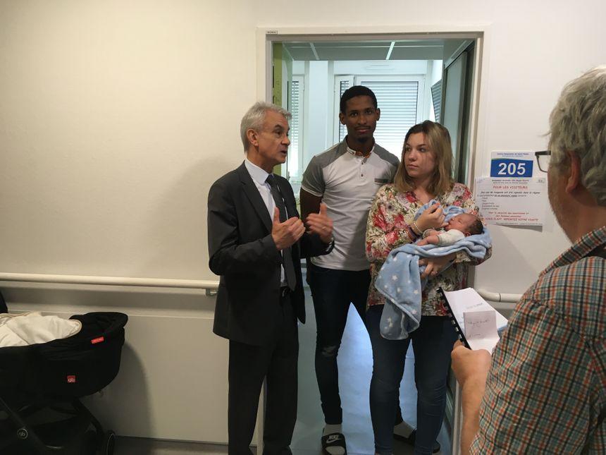 Michel Glanes Directeur du CH de Saint-Palais avec Santiago 3 jours et ses heureux parents Marie et Fabio