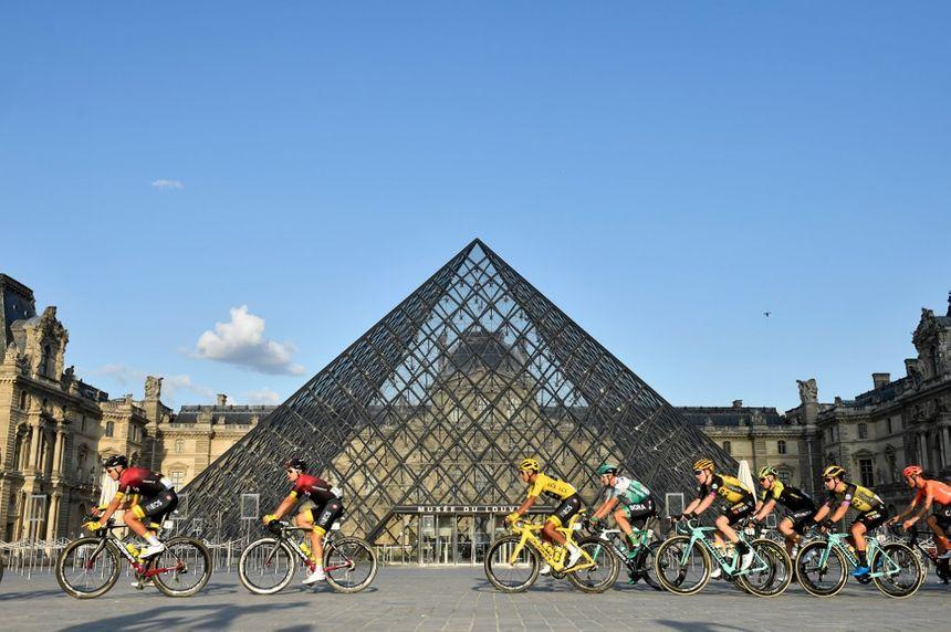 Le peloton devant la pyramide du Louvre