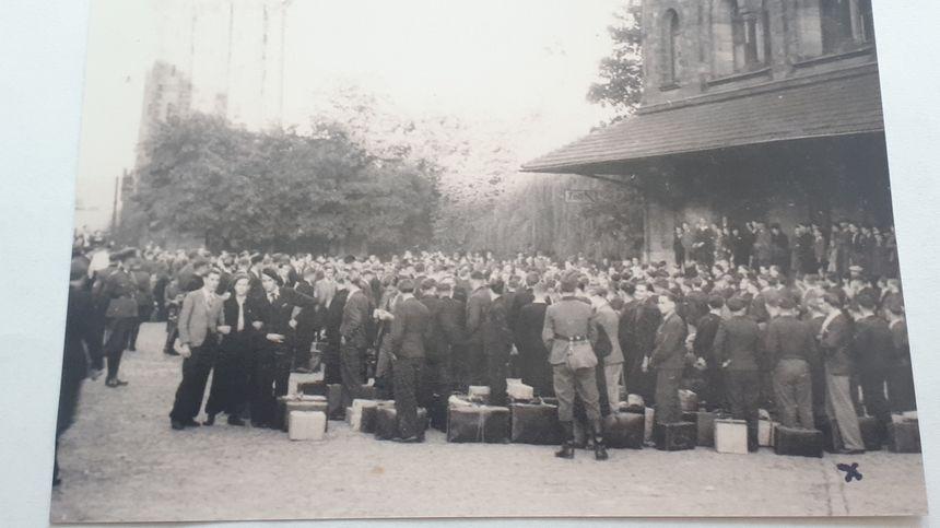 Des malgré-nous mosellans devant la gare de Metz avant un départ pour l'Allemagne