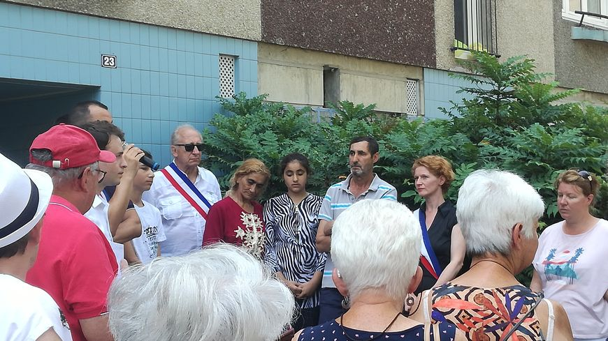 Les parents et la fille de la famille Deli, entourés par des élus