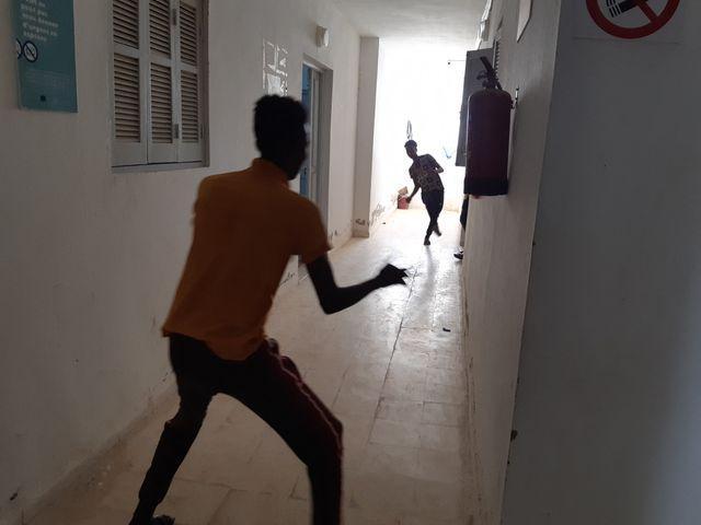 Dans le foyer pour migrants de Médenine, des mineurs somaliens jouent au football
