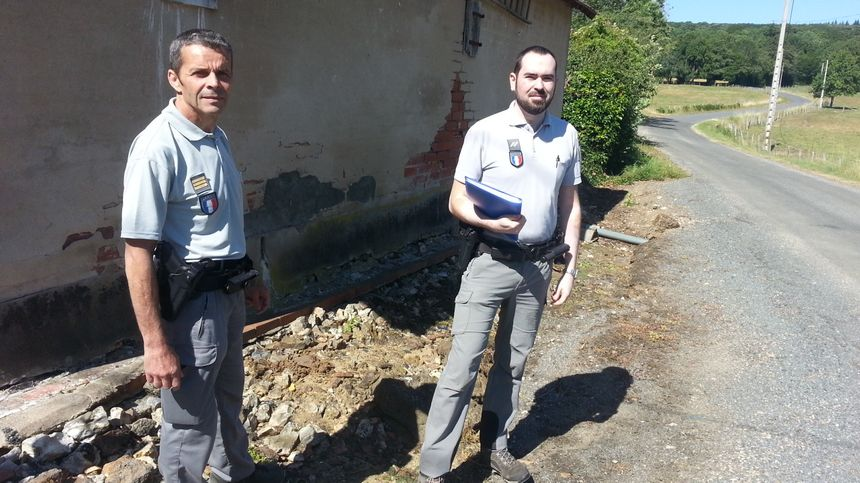 Patrice Van Bosterhaudt, chef de l'agence française pour la biodiversité du cher, et Benoit Valès, agent de l'environnement