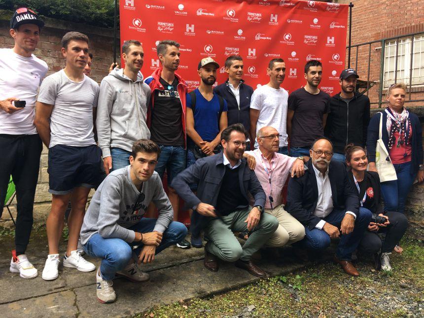 Les coureurs en compagnie du maire de Lisieux, Bernard Aubril, et des sponsors.