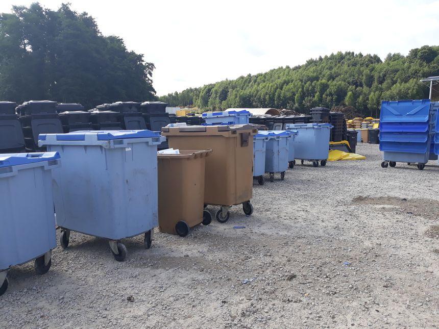 Ces anciens bacs à ordures sont vendus 10 euros l'unité par Evolis 23
