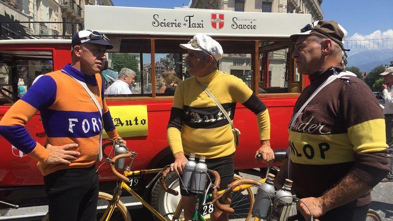 Des amateurs de vélo se sont retrouvés vendredi à Grenoble pour le dévoilement de la plaque du centenaire du maillot jaune.