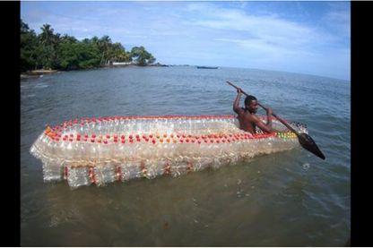 La pirogue réalisée à partir de bouteilles ramassées dans les rues