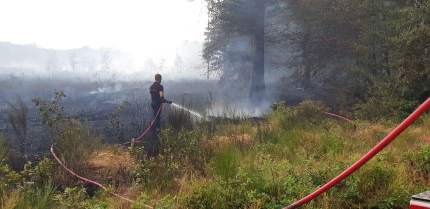 Les pompiers quadrillent la zone et éteignent le maximum de fumerolles avant la nuit