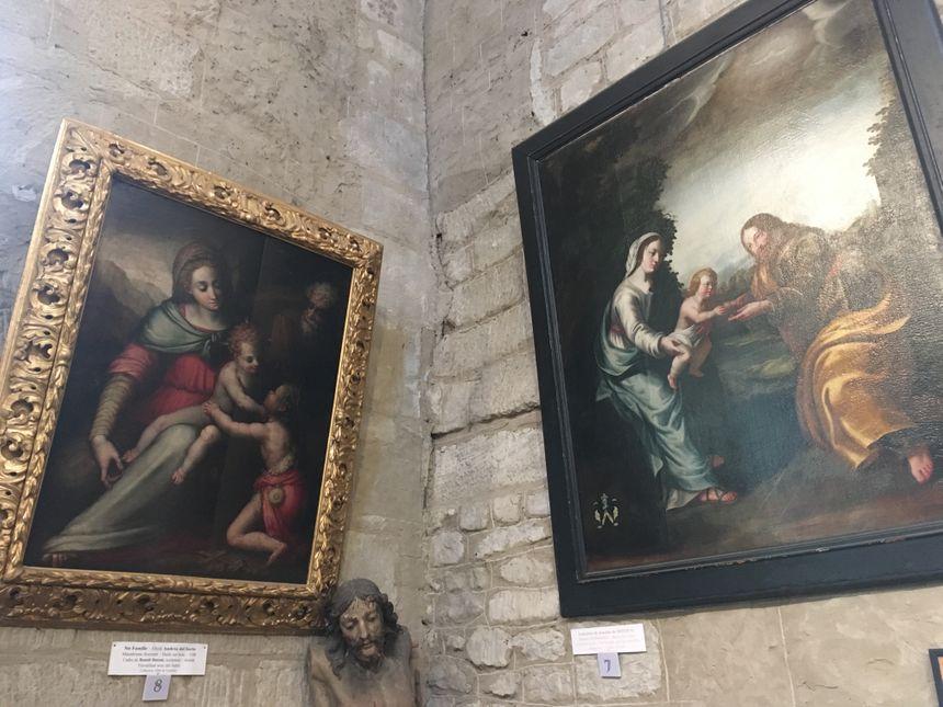 De beaux tableaux sont exposés dans la nef.