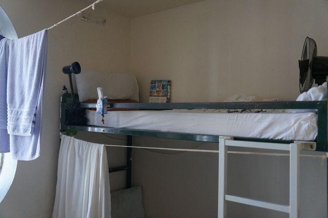 Un détenu a installé un ventilateur sur son lit pour faire face à la canicule.