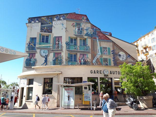 Les fresques à la gloire des stars de cinéma dans les rues de Cannes.