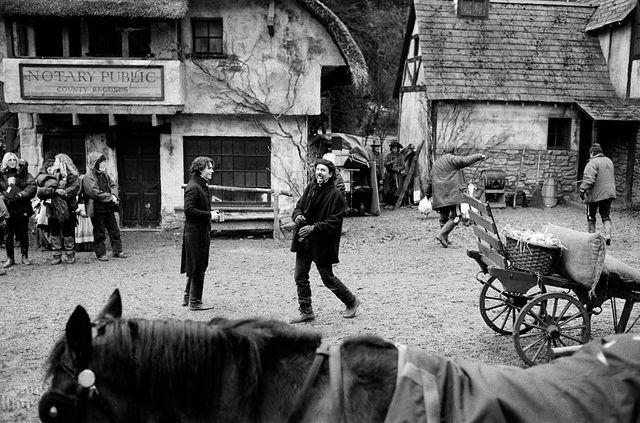 """Johnny Depp et Tim Burton, sur le tournage de """"Sleepy Hollow, la légende du cavalier sans tête"""" (1999)"""